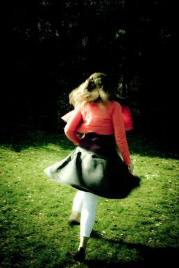 Wegrennend meisje in rood jasje - Creative own Work - Diana van Neck - Fotograaf Zutphen