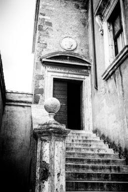 Een ingang met trap bij de Engelenburg in Rome- Creative own Work - Diana van Neck - Fotograaf Zutphen