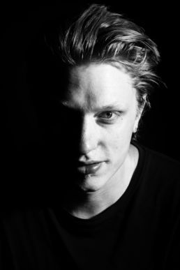Zwartwit portret van DJ 17 Branches - Portretshoot - Diana van Neck -Fotograaf Zutphen