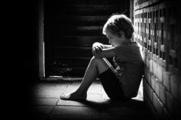 Zwartwit portret van boos kind / jongen - Portretshoot - Diana van Neck -Fotograaf Zutphen