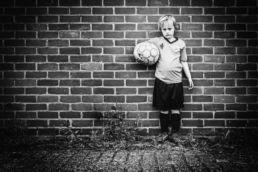Zwartwit portret van voetballertje - Portretshoot - Diana van Neck -Fotograaf Zutphen