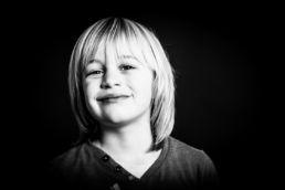 Zwartwit portret van jong kind - Portretshoot - Diana van Neck -Fotograaf Zutphen