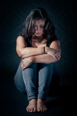 Angstig portret van een mishandelde vrouw- Portretshoot - Diana van Neck -Fotograaf Zutphen