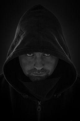 Zwartwit portret van mannelijk model met hoody - Portretshoot - Diana van Neck -Fotograaf Zutphen