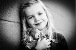 Zwartwit portret van kind / meisje - Portretshoot - Diana van Neck -Fotograaf Zutphen