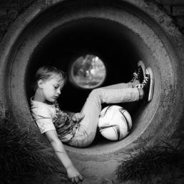 Zwartwit portret van kind / jongen - Portretshoot - Diana van Neck -Fotograaf Zutphen