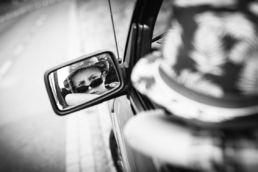Zwartwit portret van kind / jongen, spiegelreflectie in autospiegel - Portretshoot - Diana van Neck -Fotograaf Zutphen