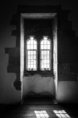 Window 3 - London Tower Londen - B&W ©DianaVanNeck